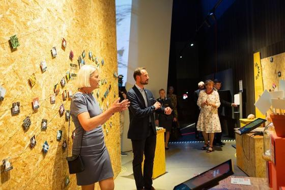 Leader of the Climate House Brita Slettemark guides the Crown Prince Haakon through the exhibitions.
