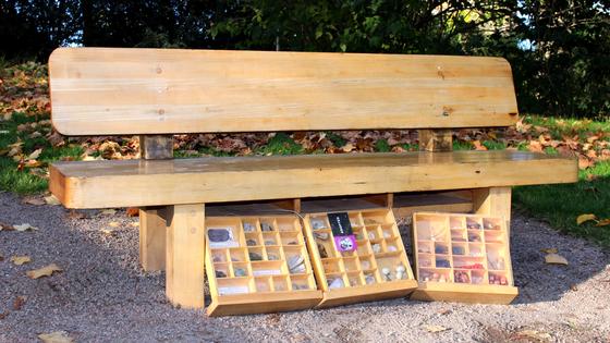 Bildet kan inneholde: møbler, bord, rastebord, utendørsmøbler, benk.