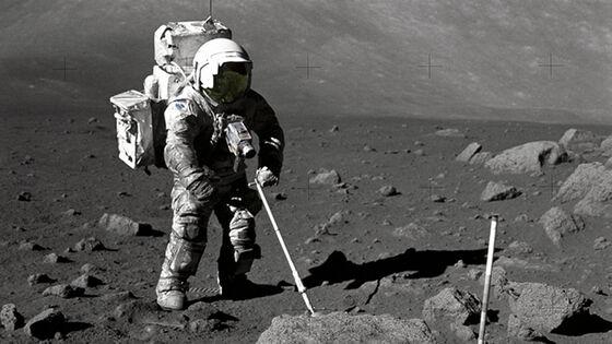 Astronaut Harrison Schmitt samler geologiske prøver på månen