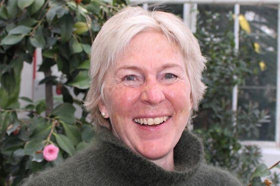 Portrett av kvinne 59 år i veksthusmiljø ny direktør for Naturhistorisk museum