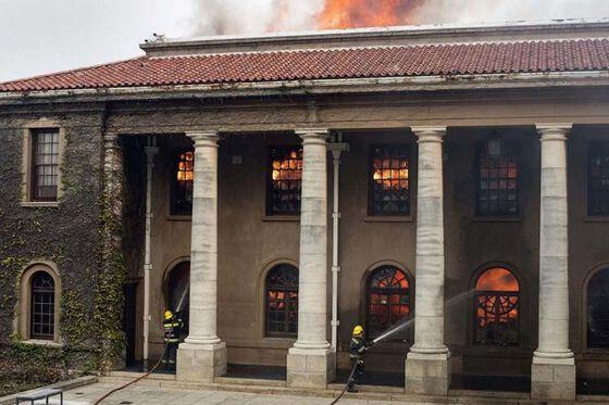 Bilde av brann i bygning i Cape Town i Sør-Afrika.