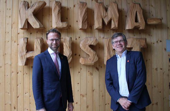 Bilde av statsråd Nikolai Astrup og universitetsrektor Svein Stølen.